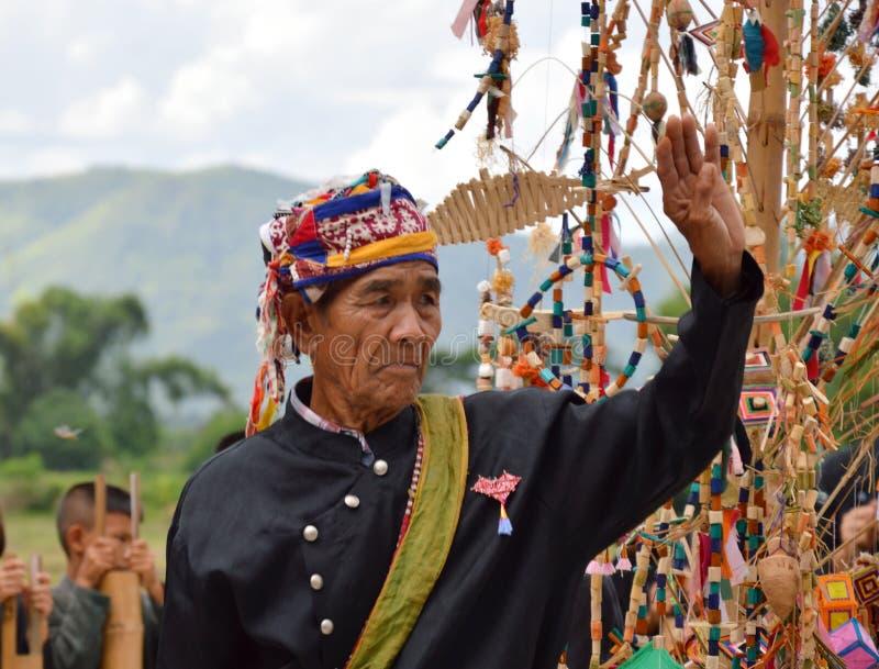 Przesławny taniec święty duch Czarni Tajlandzcy etniczni ludzie konserwują i dziedziczą w kulturze i zdjęcia royalty free