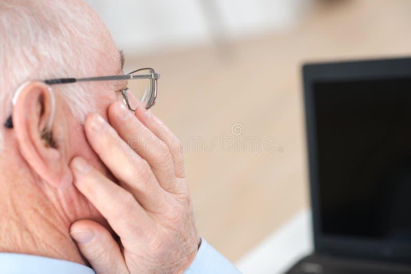 Przesłuchanie pomoc dla starsza osoba mężczyzna fotografia stock