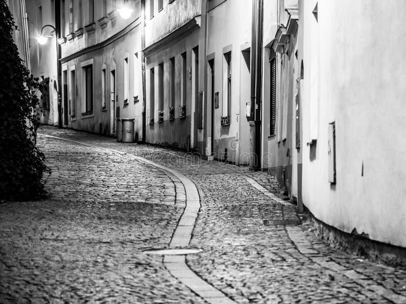 Przesmyk brukował antyczną ulicę w Średniowiecznym starym miasteczku Tabor, republika czech kolory wyk?adaj? noc fotografi? obrazy stock