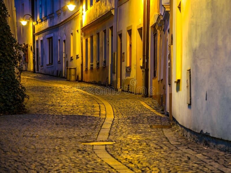 Przesmyk brukował antyczną ulicę w Średniowiecznym starym miasteczku Tabor, republika czech kolory wyk?adaj? noc fotografi? zdjęcia royalty free