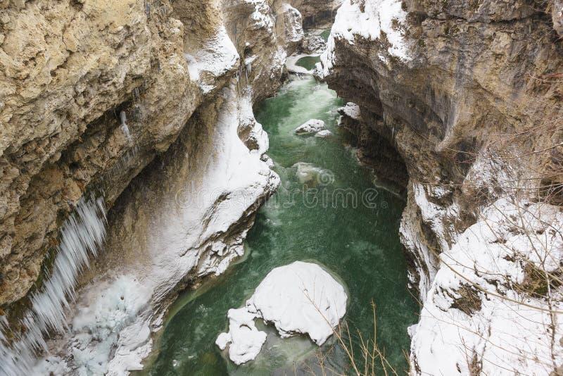 Przesmyk, głęboka rzeczna dolina z bardzo stromymi skłonami wąwóz Biała rzeka w republice Adygea, Rosja Śnieżna zima co zdjęcie stock