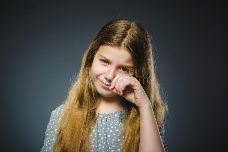 Przestępstwo płaczu dziewczyna na szarym tle obraz royalty free