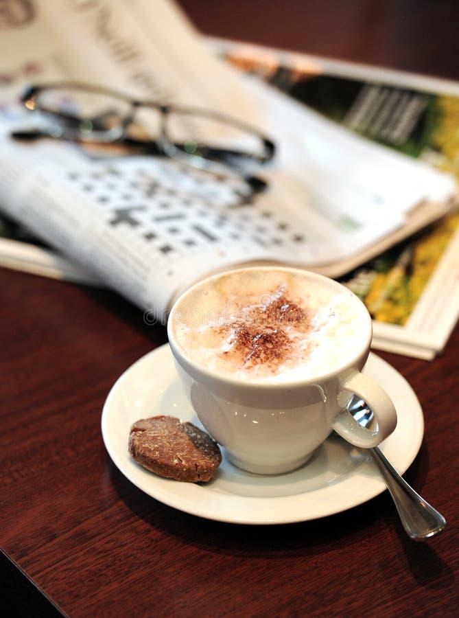 przestań tła rogalik filiżanki kawy sweet fotografia stock