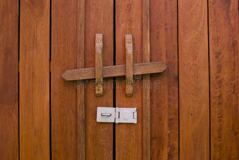 Przestarzały drewniany drzwiowy rygiel, Tajlandzka tradycja fotografia royalty free