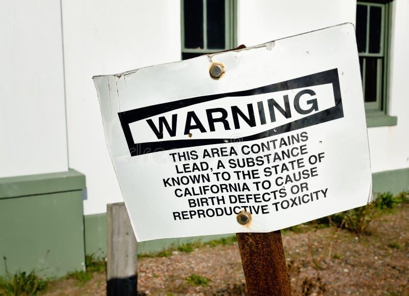 Przestarzały znak ostrzegawczy jest Zginający i Ośniedziały zdjęcie royalty free