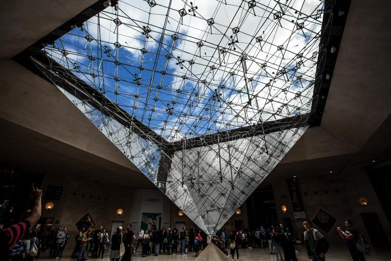 Przestawny ostrosłup w centrum handlowym «Carrousel Du Louvre «z ludźmi dalej obraz stock