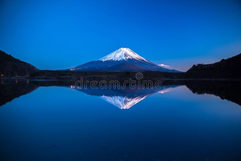 Przestawny wizerunek góra Fuji przy wczesnym porankiem fotografia stock