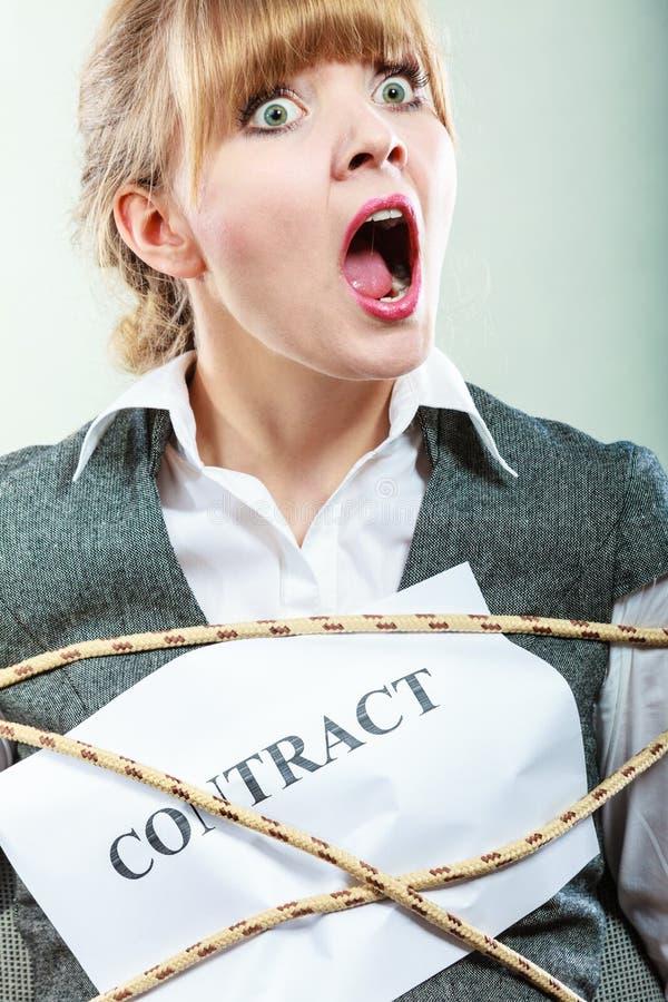 Przestraszony bizneswoman oprawiający kontraktacyjnymi terminami obrazy royalty free