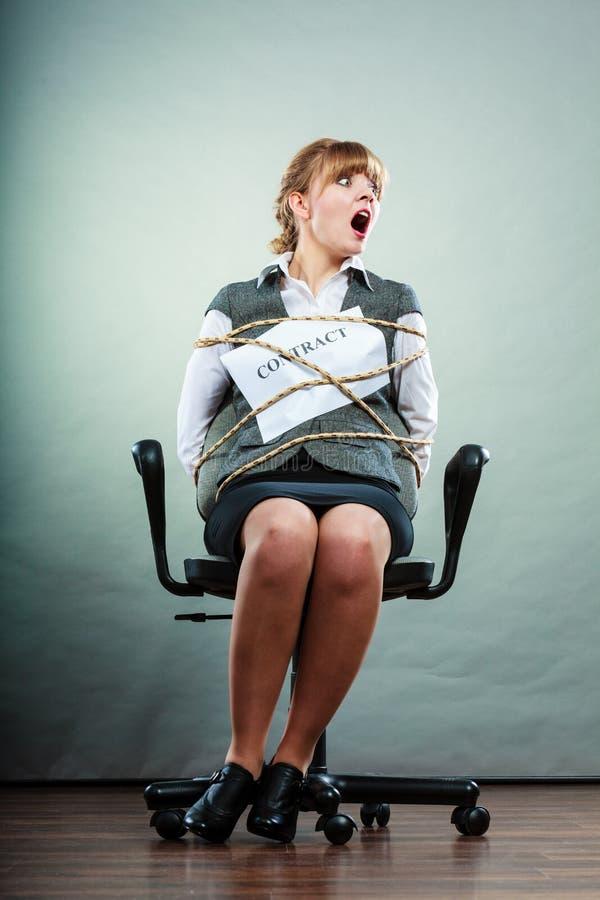 Przestraszony bizneswoman oprawiający kontraktacyjnymi terminami obraz stock