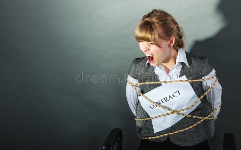Przestraszony bizneswoman oprawiający kontraktacyjnymi terminami obrazy stock