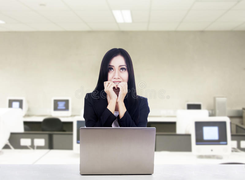 Przestraszony bizneswoman z laptopem przy biurem obrazy stock
