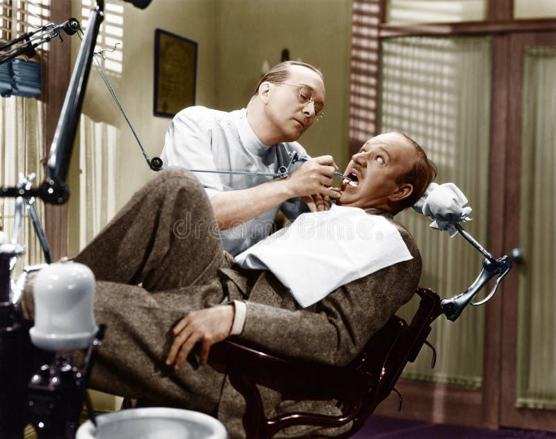 PRZESTRASZONY dentysta (Wszystkie persons przedstawiający no są długiego utrzymania i żadny nieruchomość istnieje Dostawca gwaran zdjęcia royalty free