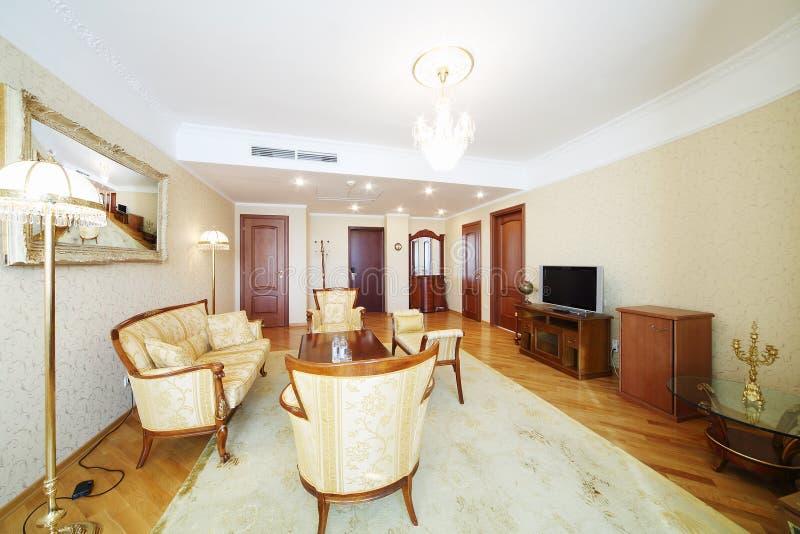 Przestronny żywy pokój z karłami, kanapą, stołem i TV rzeźbiącymi, zdjęcie stock