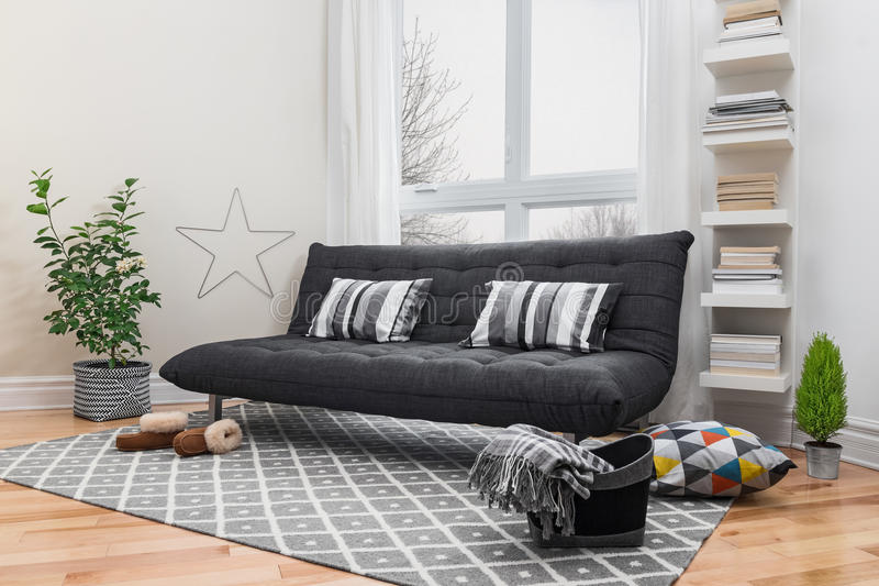 Przestronny żywy pokój z nowożytnym wystrojem zdjęcia stock