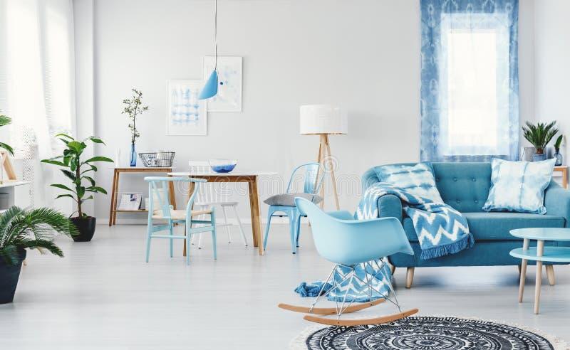 Przestronny błękitny żywy pokój zdjęcia stock