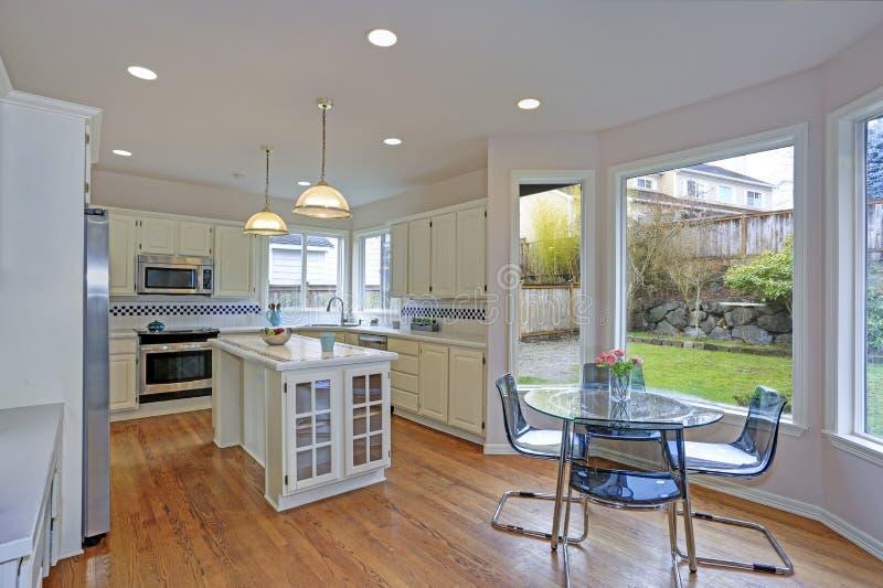 Przestronny biały kuchenny wnętrze z kuchenną wyspą obraz stock
