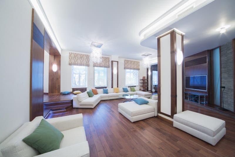 Przestronny, dobrze zaświecający żywy pokój, zdjęcie stock