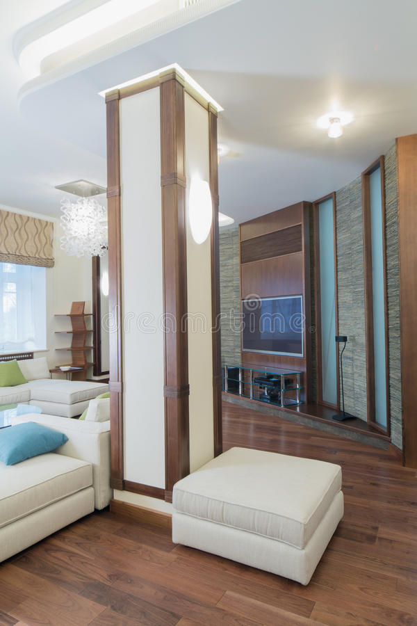 Przestronny, dobrze zaświecający żywy pokój, obrazy stock