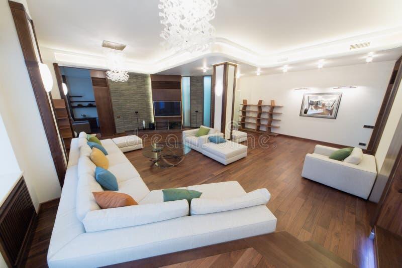 Przestronny, dobrze zaświecający żywy pokój, fotografia royalty free
