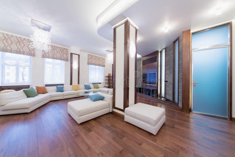 Przestronny, dobrze zaświecający żywy pokój z round szkło stołem, obrazy royalty free