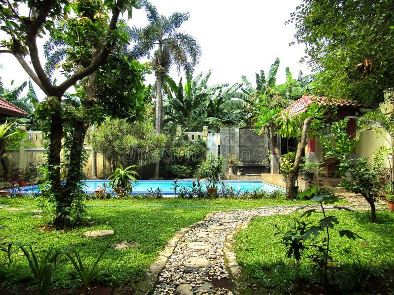 Przestronny i Spokojny podwórko z basenem obrazy royalty free