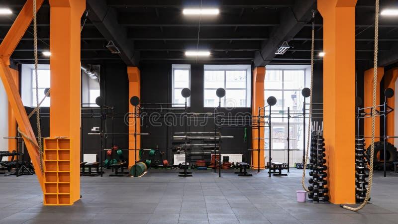 Przestronny nowożytny wnętrze gym dla sprawności fizycznej szkolenia fotografia royalty free