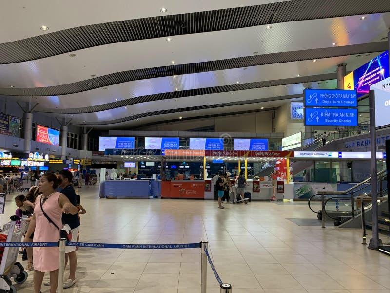 Przestrze? w?rodku lotniskowego czekanie domu, ludzie czeka? na odpraw procedury - krzywka Ranh, Wietnam Kwiecie? 16, 2019 obraz royalty free