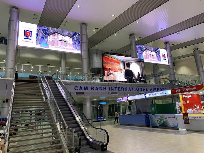 Przestrze? w?rodku lotniskowego czekanie domu, ludzie czeka? na odpraw procedury - krzywka Ranh, Wietnam Kwiecie? 16, 2019 fotografia royalty free