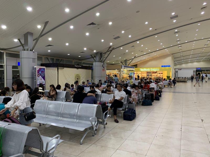 Przestrze? w?rodku lotniskowego czekanie domu, ludzie czeka? na odpraw procedury - krzywka Ranh, Wietnam Kwiecie? 16, 2019 obrazy royalty free