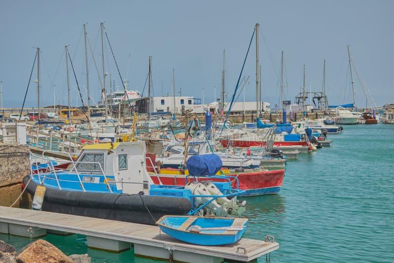 Przesyła z łodziami cumować na spokojnego morza quay w Fuerteventura fotografia royalty free