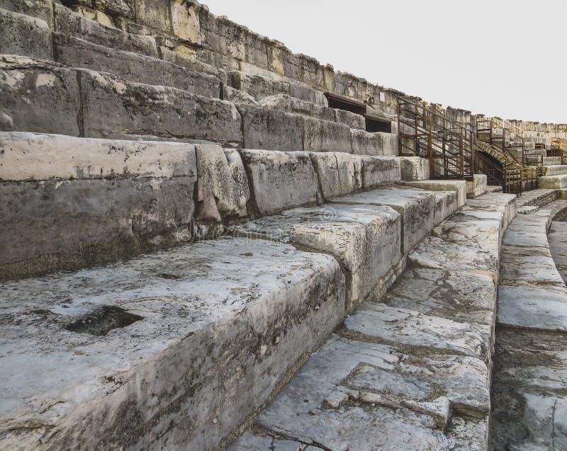 Przetarci i wietrzejący kroki przy antycznym Romańskim amfiteatrem obraz royalty free