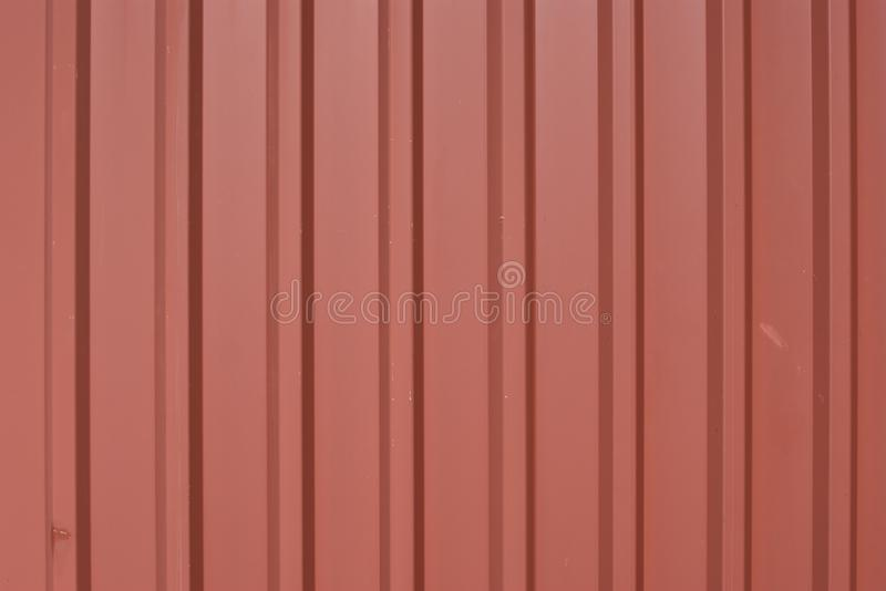 Przetarci, panwiowi trapezoidalni metali panel z ceglanej czerwieni proszkiem, pokrywają i znaki zużycie zdjęcie stock