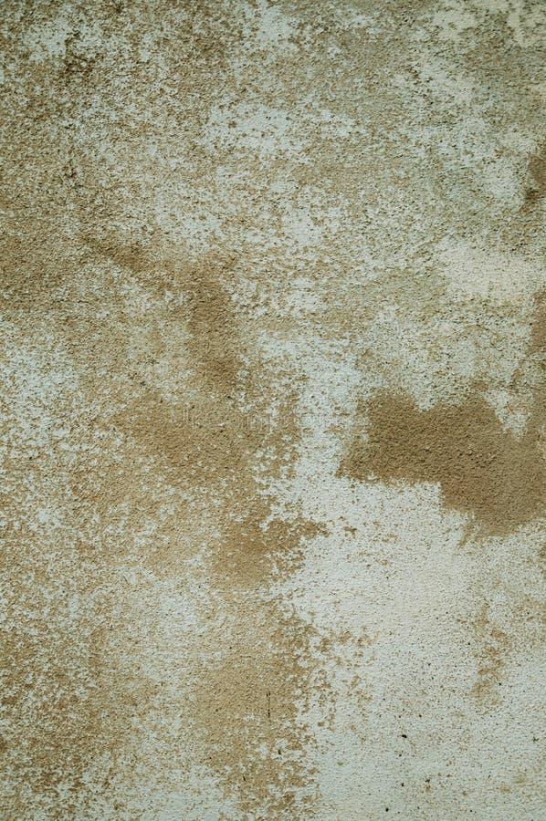 Przetarta ściana zakrywająca szorstkim tynkiem z niektóre szczerbiącymi się fotografia stock