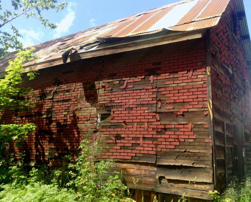 Przetartej faux cegły asfaltowy popierać kogoś na starej stajni fotografia royalty free