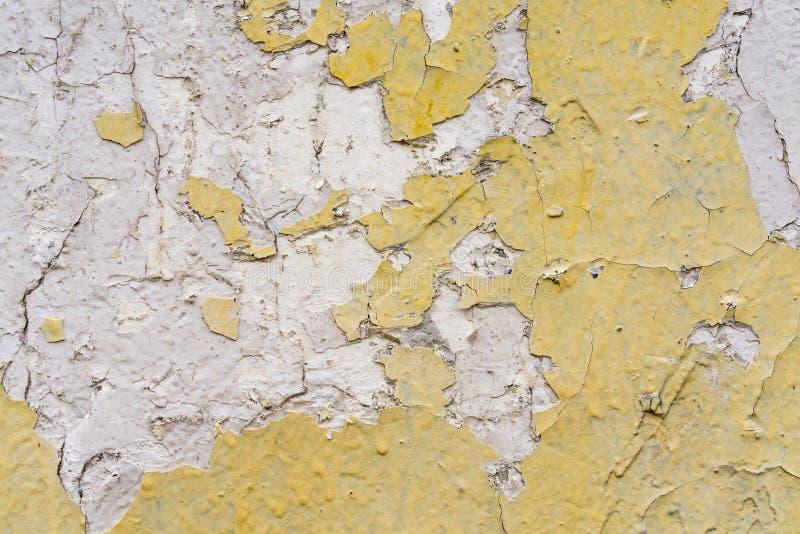 Przetarty kolor żółty, biały betonowej ściany tekstury tło Textured tynk Podława farba zdjęcia stock