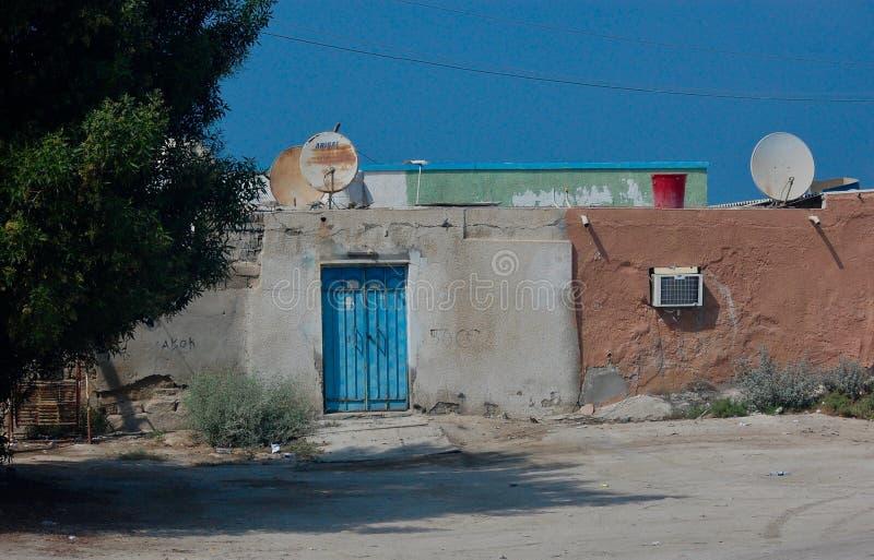 Przetarty puszka teren miasteczko Zaciszność i pozornie pusty na suchym, gorącym dniu w środkowym wschodzie, obrazy stock