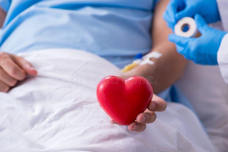 Przetoczenie krwi u mężczyzn w szpitalu obrazy stock