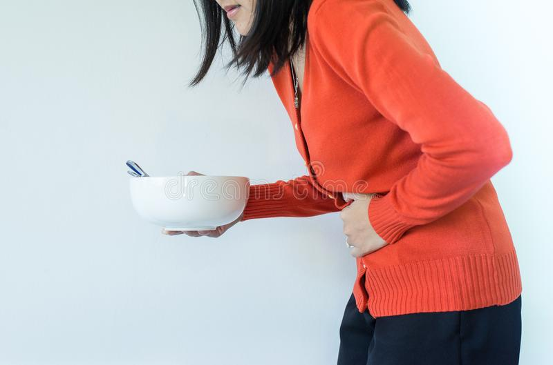 Przetrawienie problemy, kobieta z żołądka bólem po jeść, ręki żeński mienie jej brzuch obrazy royalty free