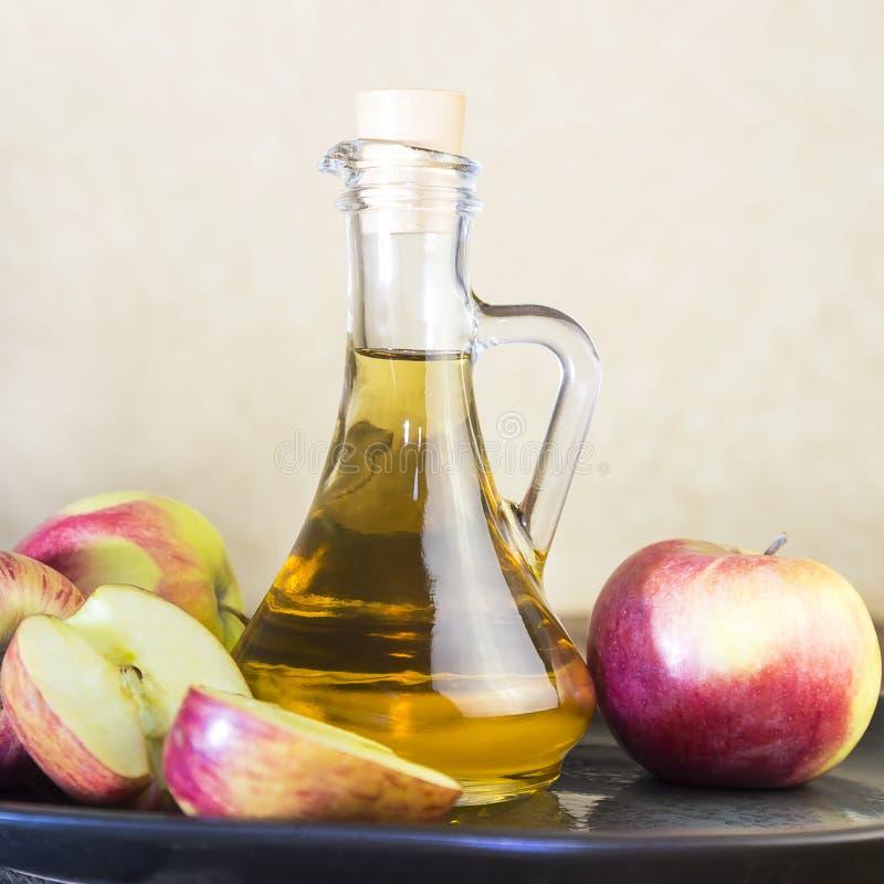 Przetwarzać rolnicza uprawa czerwieni i zieleni jabłka Domowy konserwować, zdrowej diety jarosza jedzenie Jabłczanego cydru ocet, obrazy royalty free