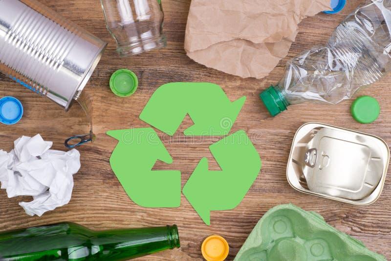 Przetwarzać śmieci tak jak szkło, klingeryt, metal i papier, fotografia royalty free