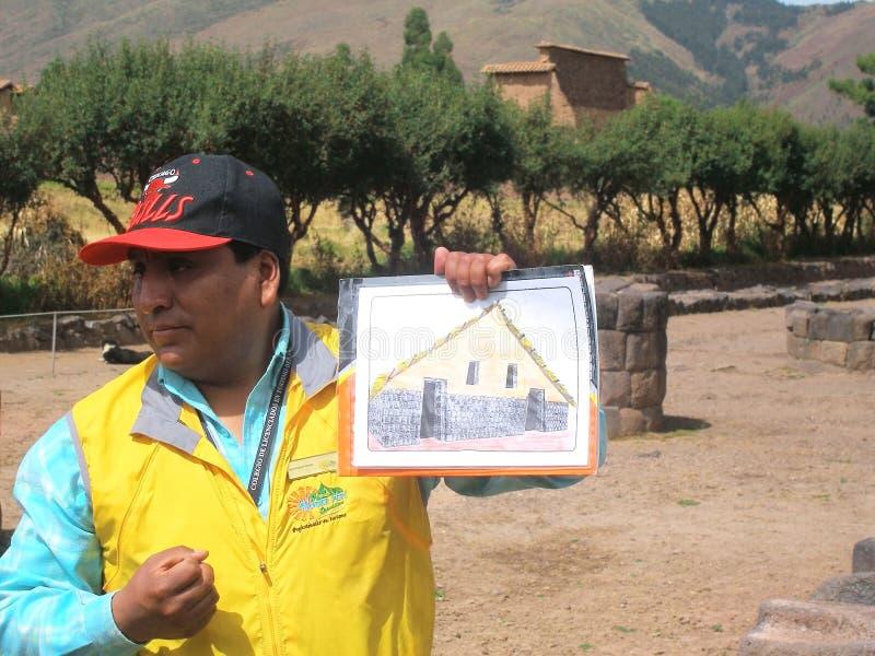 Przewdonik demonstruje hipotetyczną odbudowę inka dom obraz royalty free