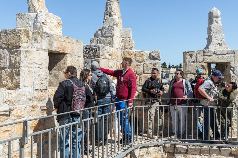 Przewdonika fachowi stojaki z grupą na miasto ścianie blisko Damaszek Zakazują i rozmowy w starym mieście Jerozolima, Izrael fotografia royalty free