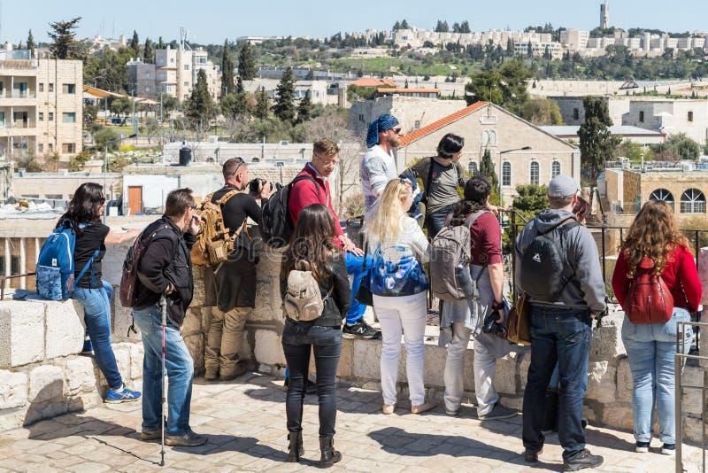 Przewdonika fachowi stojaki z grupą na miasto ścianie blisko Herods Zakazują i rozmowy w starym mieście Jerozolima, Izrael obraz stock