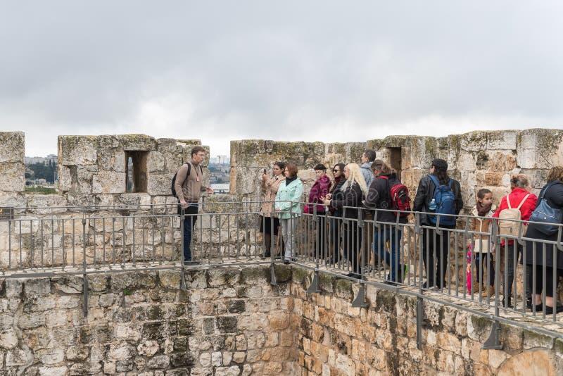 Przewdonika fachowi stojaki z grupą na mieście izolują i rozmowy w starym mieście Jerozolima, Izrael fotografia stock