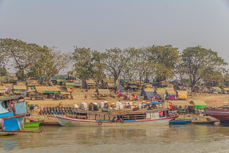 Przewiezeni statki na Irrawaddi rzece obraz royalty free