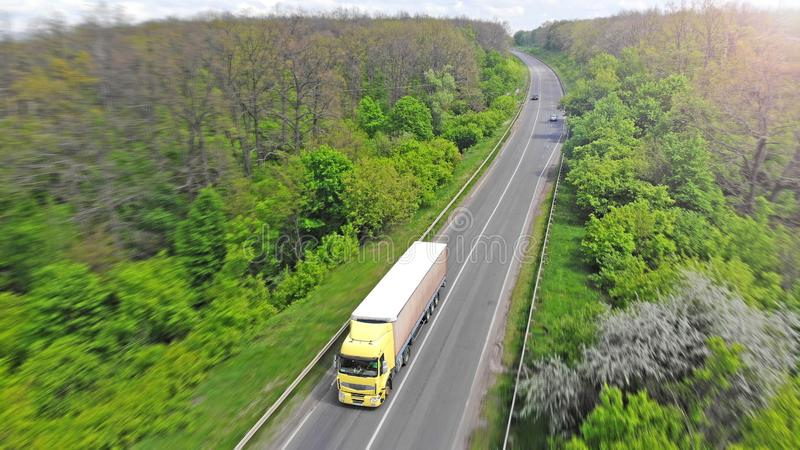 Przewiezione logistyki Ci??ar?wka na intercity autostradzie Zielony las mi?dzy drog? zdjęcie stock