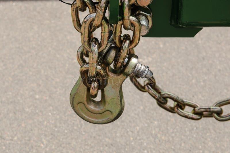 Przewieziony kradzież łańcuch z kłódki ochrony kędziorkiem na tylni kole, ochrona przeciw kradzieży zdjęcie stock