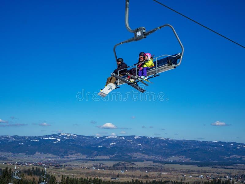Przewodnictwo na niebieskim niebie z snowboardem i narciarzami fotografia stock