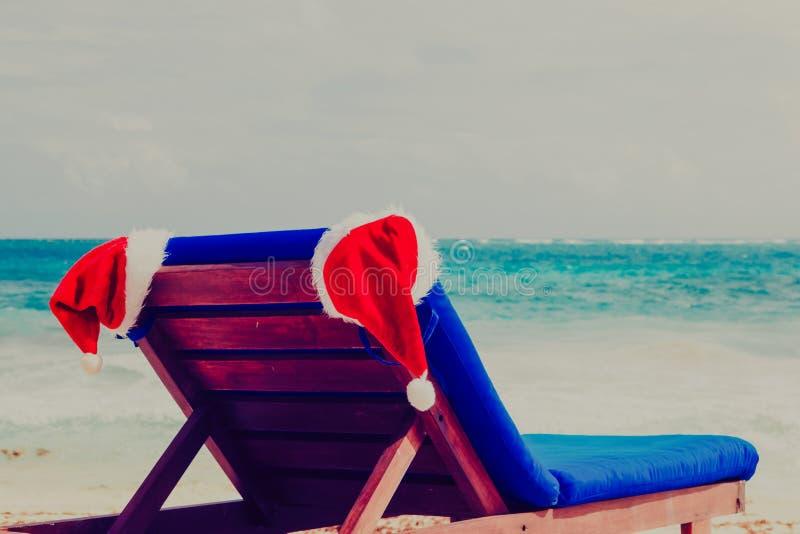 Przewodniczy hol z czerwonymi Santa kapeluszami na tropikalnej plaży fotografia royalty free