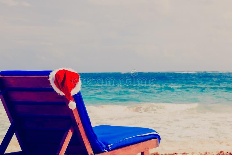 Przewodniczy hol z czerwonymi Santa kapeluszami na tropikalnej plaży obraz stock